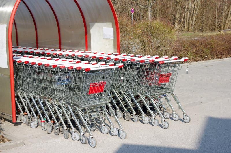 Supermarktwarenkorb stockfotos