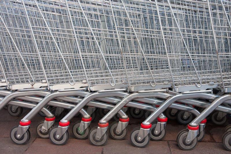Supermarktwarenkorblaufkatzen stockfotos
