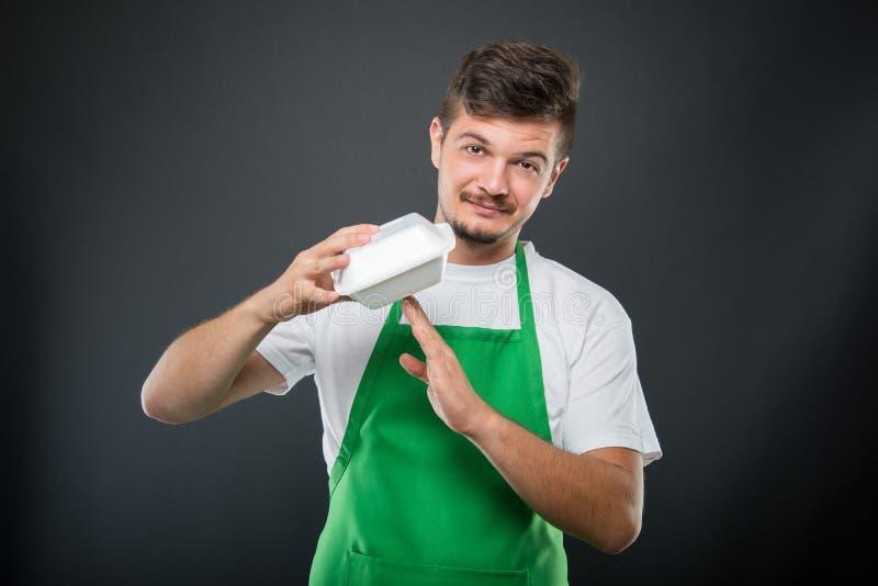 Supermarktwerkgever die onderbrekingsgebaar met lunchdoos maken stock fotografie