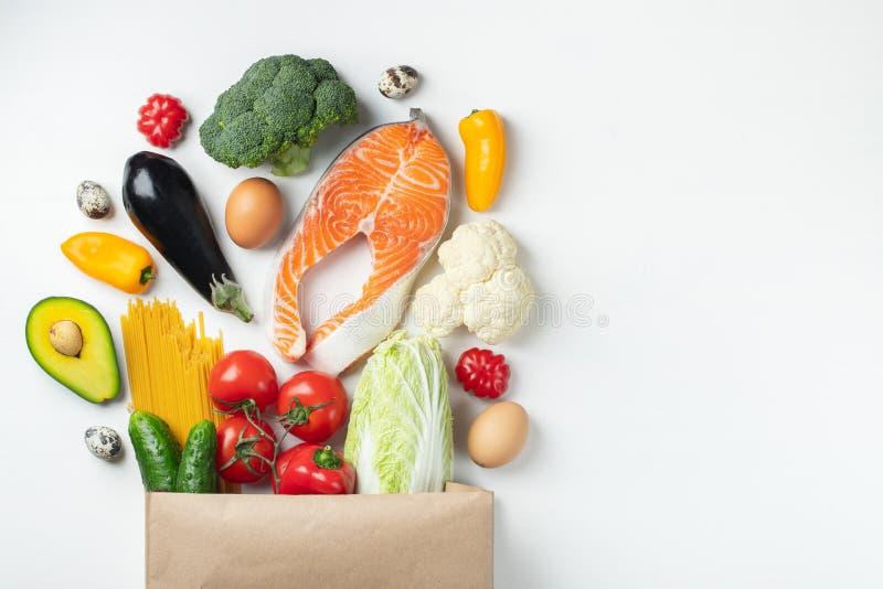 supermercado Bolsa de papel por completo de la comida sana imagen de archivo