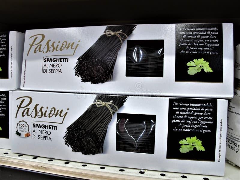 Supermercado de Auchan em Roma foto de stock