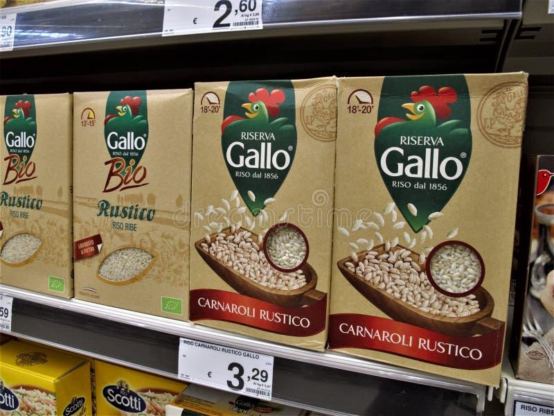 Supermercado de Auchan en Roma foto de archivo