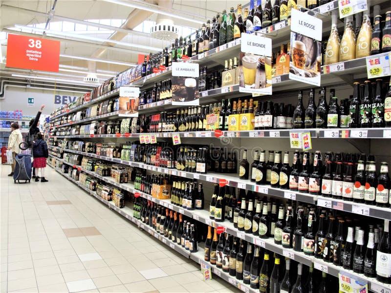 Supermercado de Auchan en Roma imagen de archivo libre de regalías