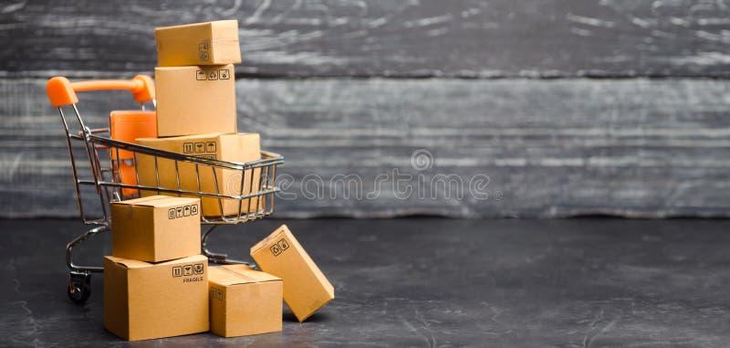 Supermercado de la carretilla con las cajas Ventas de productos El comercio del concepto, compras en línea Comercio electrónico,  imagen de archivo libre de regalías