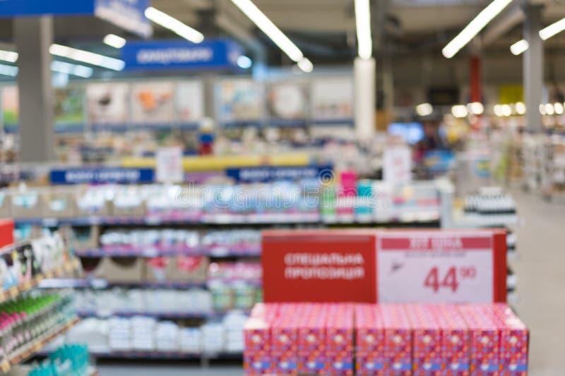 Supermercado en borroso para el fondo Compras abstractas borrosas del cliente para las galletas, caramelos Pasillo borroso extrac fotografía de archivo
