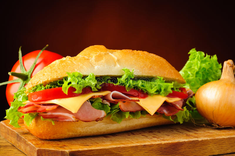 Supermercado fino sanduíche e vegetais secundários fotografia de stock royalty free