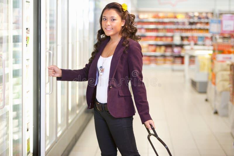 Supermercado frío del alimento fotografía de archivo libre de regalías