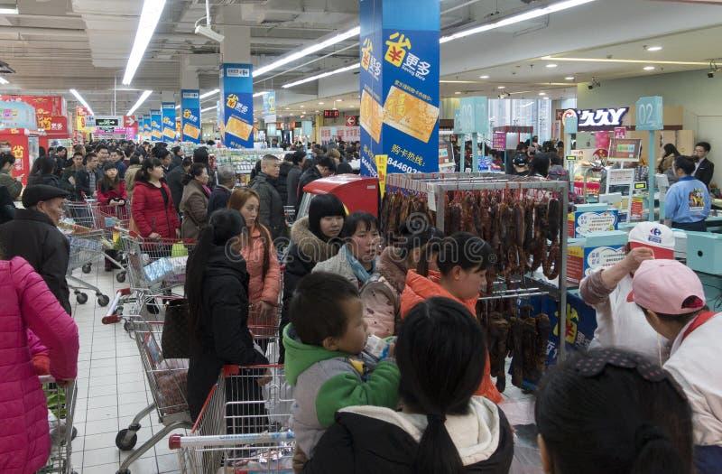 Supermercado ocupado fotografia de stock