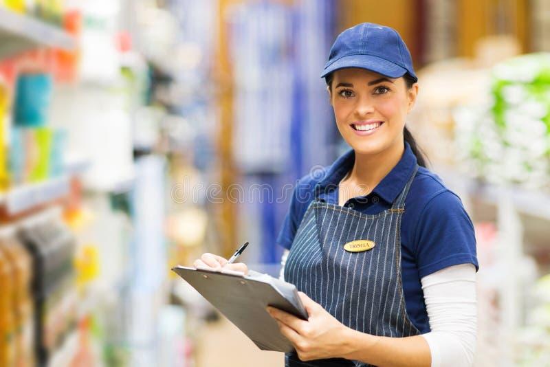 Supermercato di lavoro dell'impiegato fotografia stock libera da diritti