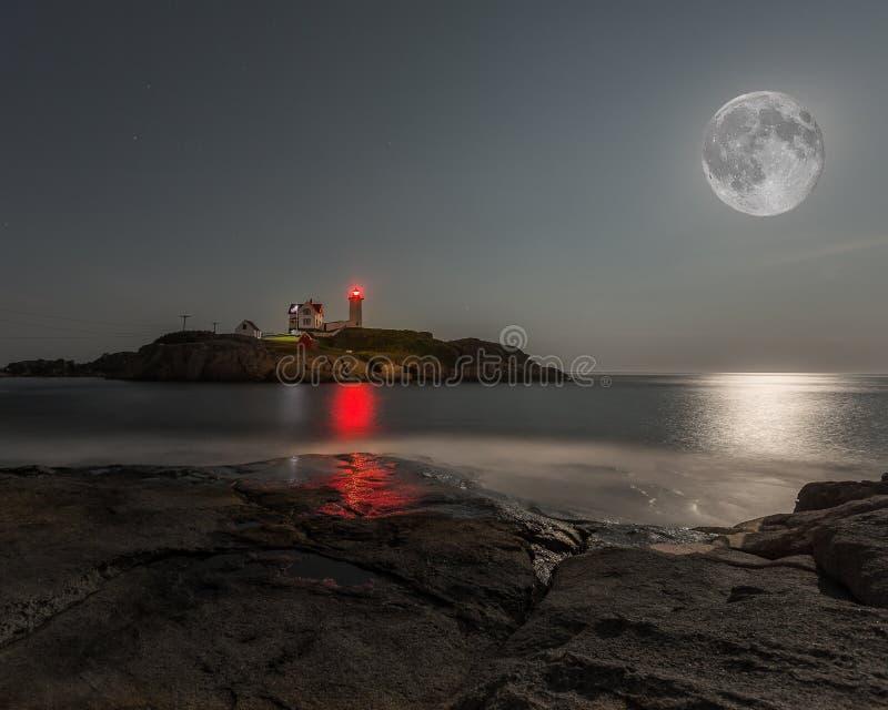 Supermond-Klumpen-Leuchtturm stockbild
