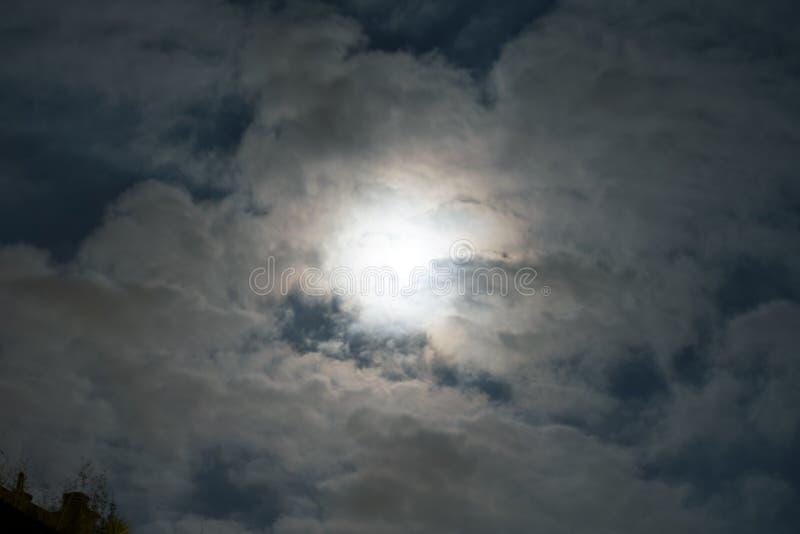 Supermoon στα σύννεφα στοκ εικόνα