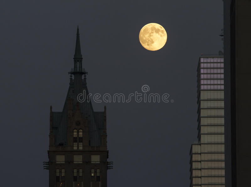 Supermoon между небоскребами стоковое изображение rf