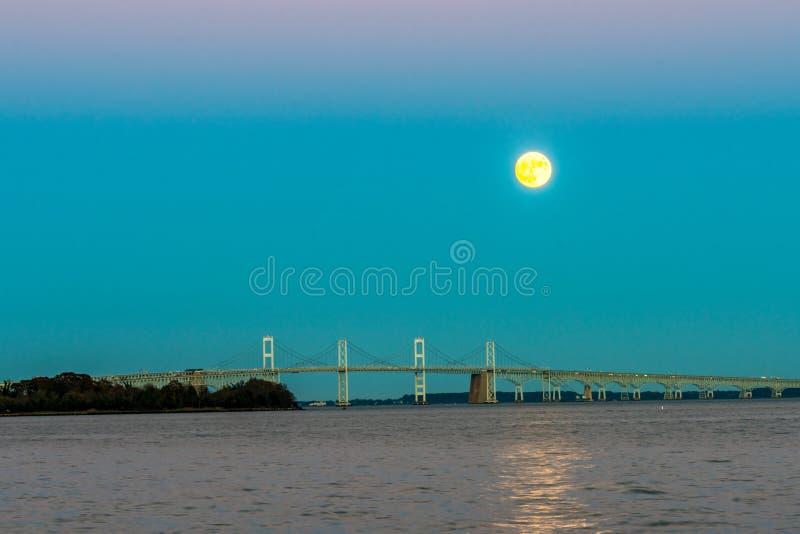 Supermoon поднимая над мостом чесапикского залива стоковые изображения rf