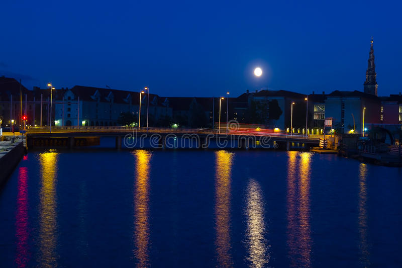 Supermoon au-dessus des canaux de Copenhague photo libre de droits