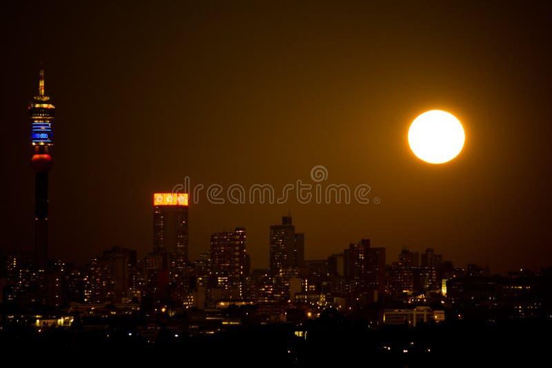 Supermoon de la noche de Johannesburgo imagen de archivo