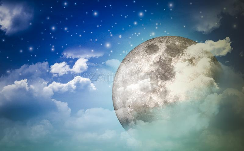 Supermoon en el cielo nocturno y las estrellas ocultados detrás de las nubes con una noche maravillosa con el concepto de natural libre illustration