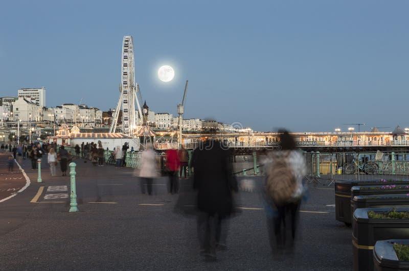 Supermoon sube en la orilla del mar fotografía de archivo libre de regalías