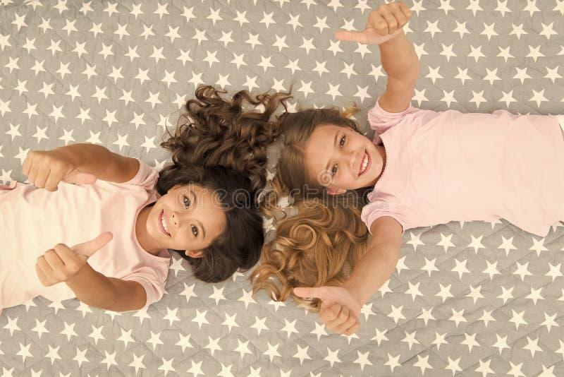 Supersnabba hårtips Barn som lindrar frisörstilen Behållare maskerar organiska oljor som håller håret blankt och sunt Behåll arkivbild