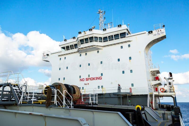 Superstructure blanche de bateau-citerne de produit pétrolier images libres de droits