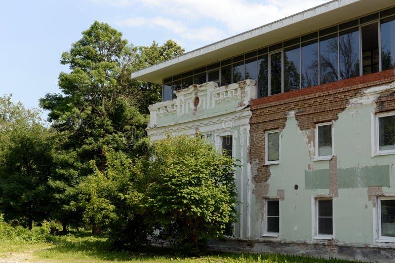 Superstructure illégale sur un bâtiment historique dans le domaine d'Ognyanov dans Yaroslavl image stock