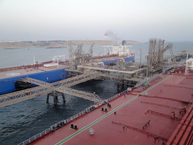 Supertanker ΣΟΥΠΕΡΤΑΝΚΕΡ συνδύασε, φορτία του πετρελαίου στην παράκτια πλατφόρμα πετρελαίου στοκ φωτογραφία με δικαίωμα ελεύθερης χρήσης