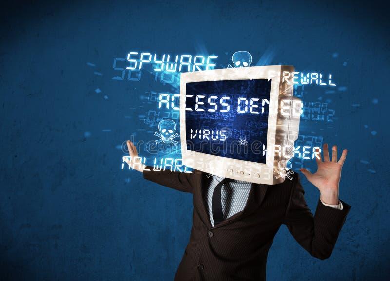 Supervise a la persona principal con el tipo del pirata informático de muestras en la pantalla foto de archivo