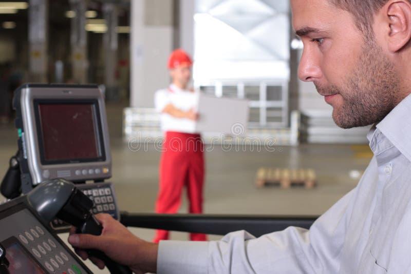 Supervisor bij controlebord in fabriek stock foto