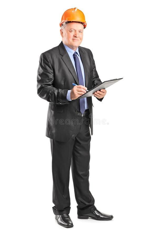 Supervisor maduro da construção que guarda uma prancheta imagens de stock royalty free