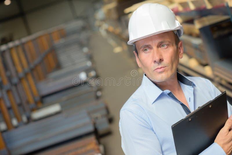 Supervisor que verifica a área fotos de stock