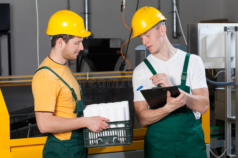 Supervisore che controlla la qualità dei prodotti finiti immagine stock