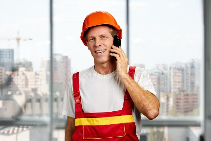 Supervisore della costruzione che parla sul telefono cellulare fotografia stock libera da diritti