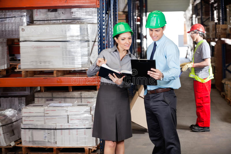 Supervisores e contramestre Working At Warehouse fotografia de stock royalty free