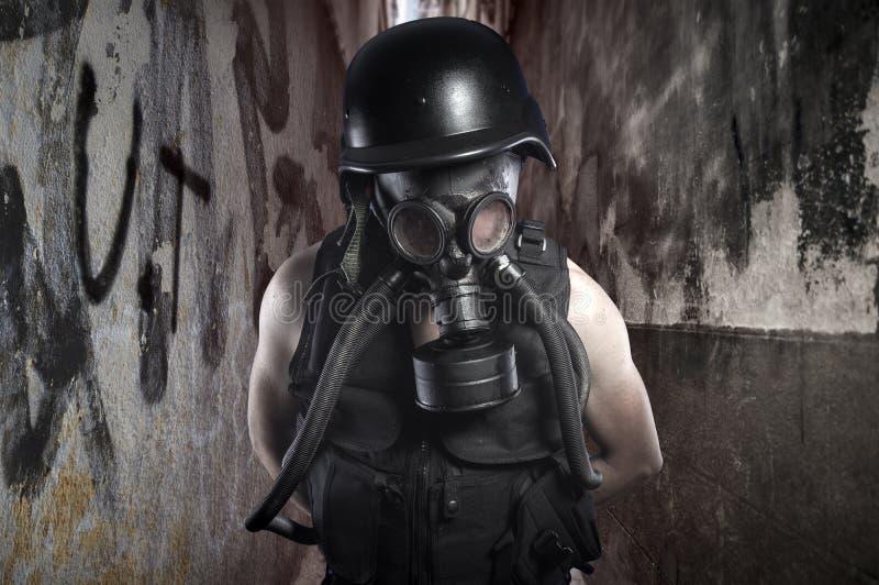 supervivencia Desastre ambiental Superviviente apocalíptico de los posts en el GA imagen de archivo