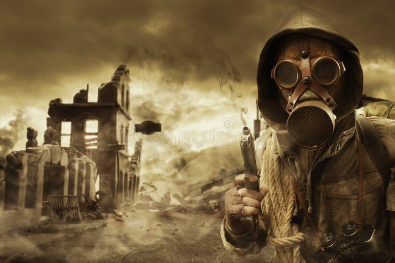 Superviviente apocalíptico del poste en careta antigás fotografía de archivo