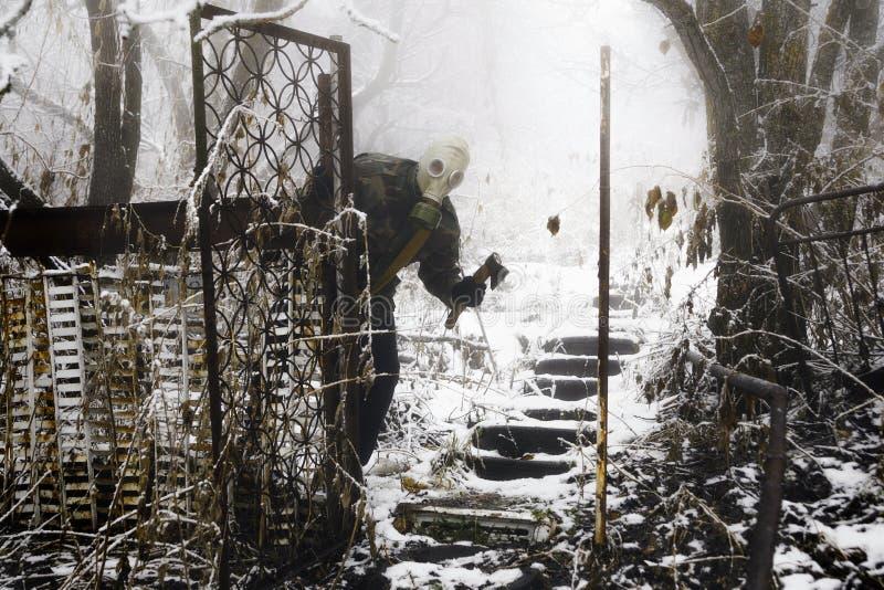 Superviviente apocalíptico del poste en careta antigás fotografía de archivo libre de regalías