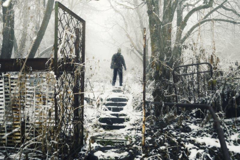 Superviviente apocalíptico del poste en careta antigás foto de archivo libre de regalías