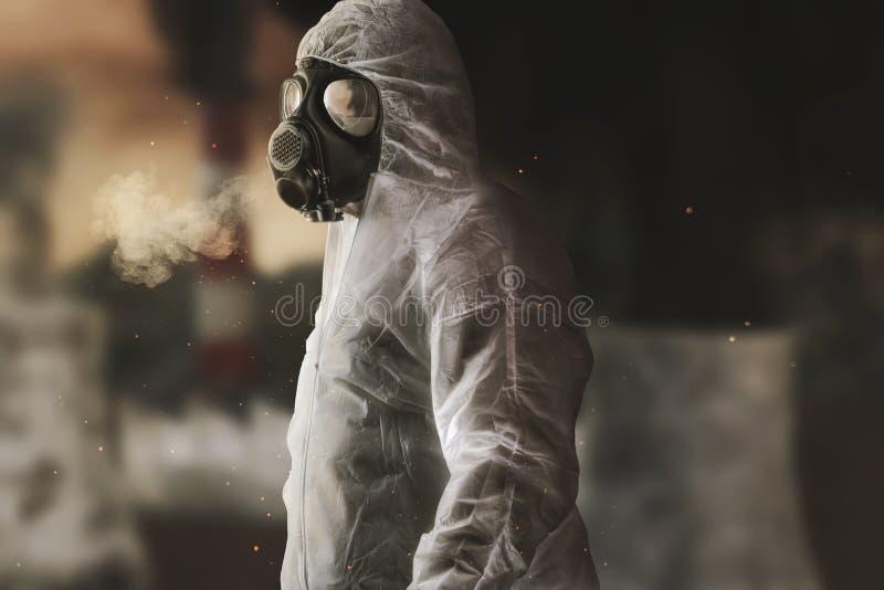 Superviviente con el guardapolvo y la careta antigás blancos delante de la incineradora borrosa y del ambiente apocalíptico libre illustration