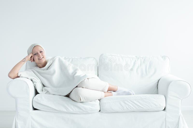 Superviviente del cáncer de pecho en el sofá fotos de archivo