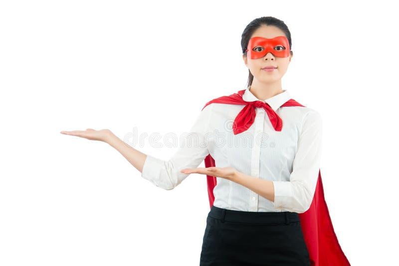 Superwoman asiático que mostra a apresentação imagens de stock