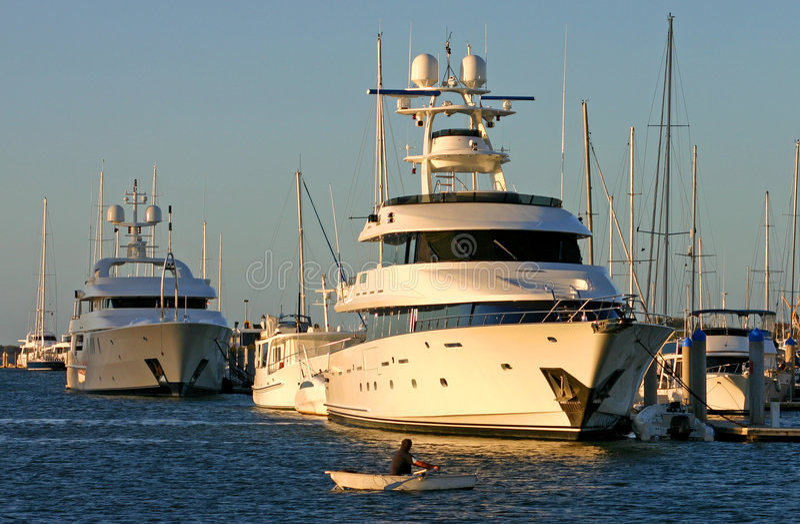 superyacht рядка шлюпки против стоковые фотографии rf