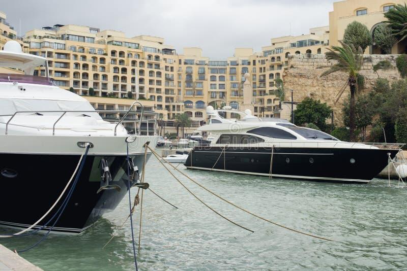 Superyachten machten bei Portomaso in julianischem St., Malta fest lizenzfreies stockfoto