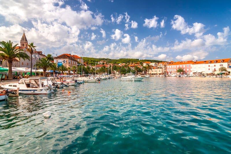Supetar schronienie przy słonecznym dniem na Brac wyspie, Chorwacja fotografia stock