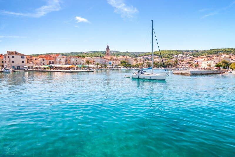 Supetar schronienie przy słonecznym dniem na Brac wyspie, Chorwacja zdjęcia stock