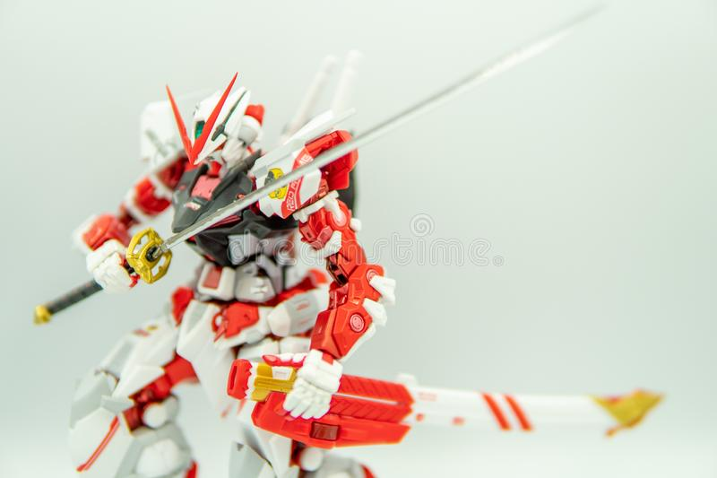 SUPHANBURI,泰国- 2019年6月9日:在白色背景的特写镜头刀片Gundam迷路红色框架金属修造模型 库存图片