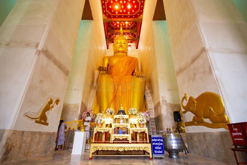 SUPHANBURI, THAILAND - OKTOBER 1, 2018: Het grote gouden standbeeld van Boedha royalty-vrije stock foto's