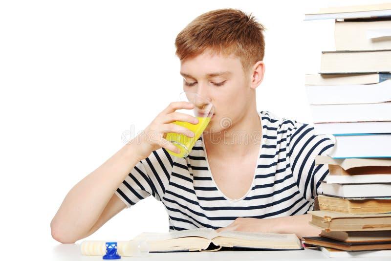 Suplemento dietético de la bebida del estudiante mientras que aprende fotografía de archivo