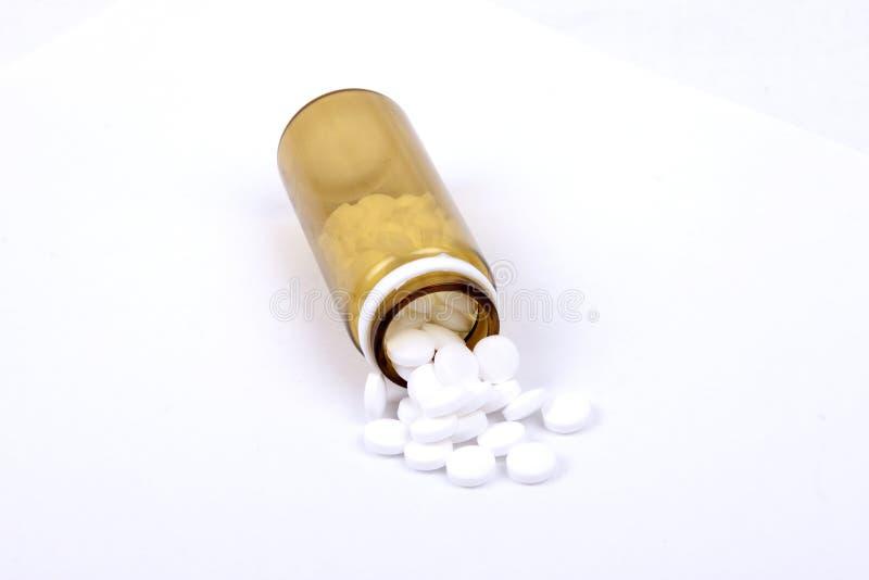 Suplements-Pillen auf dem Tisch mit Dosis lizenzfreie stockfotos