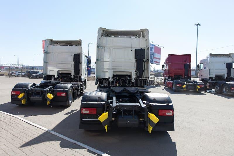Suporte branco dos caminhões na linha imagens de stock royalty free
