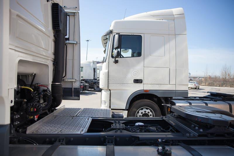 Suporte branco dos caminhões na linha imagens de stock