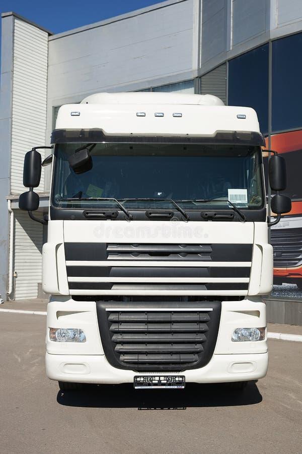 Suporte branco dos caminhões na linha fotos de stock royalty free